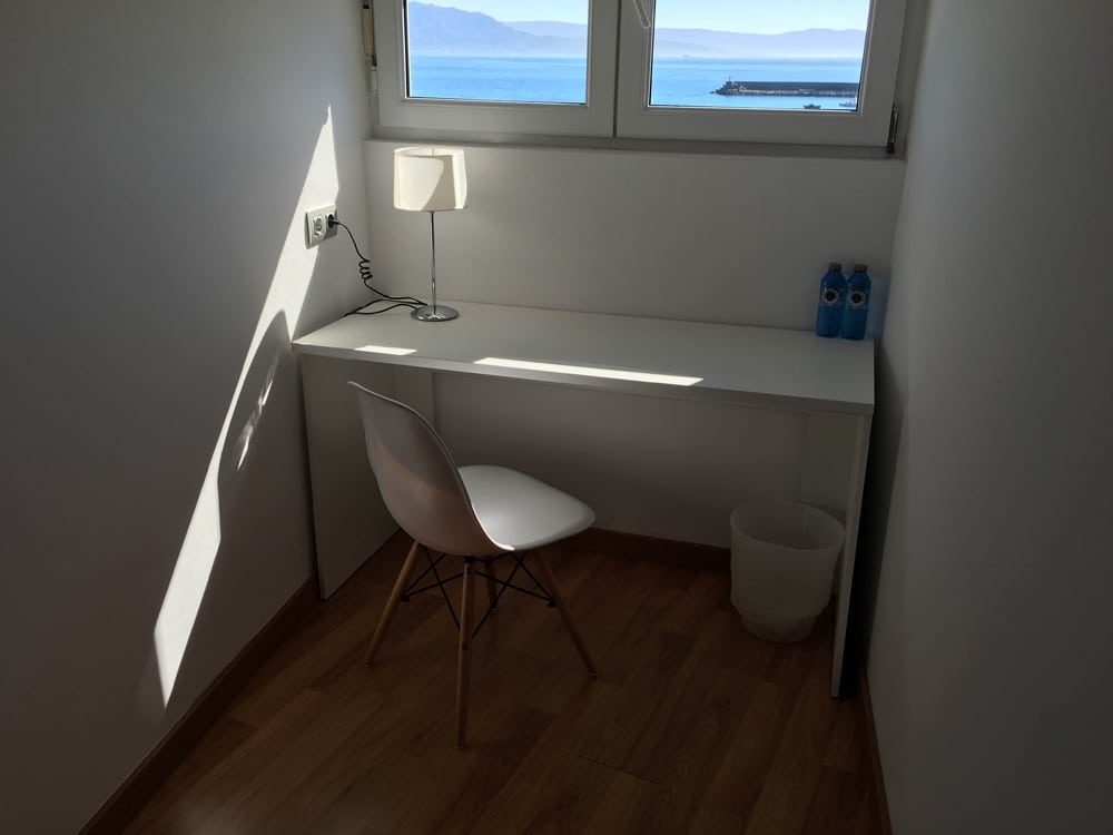 Escritorio de habitación de hotel con vistas al mar