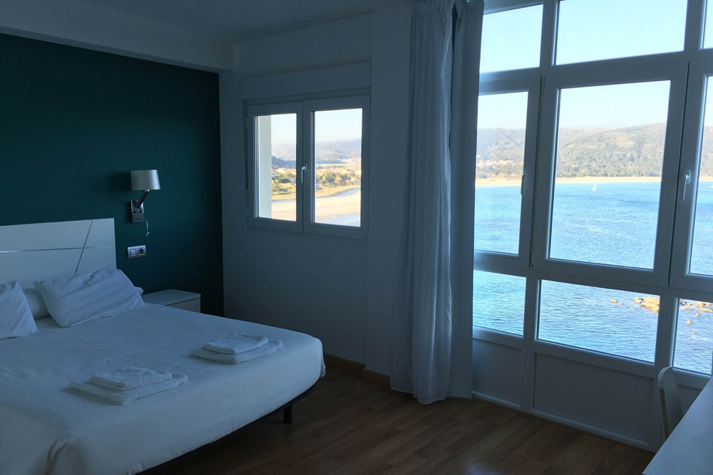 Habitación con vistas en la costa gallega